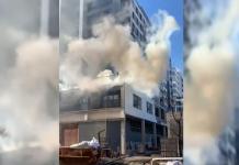 Una columna de humo se levanta sobre Campanar con un espectacular incendio