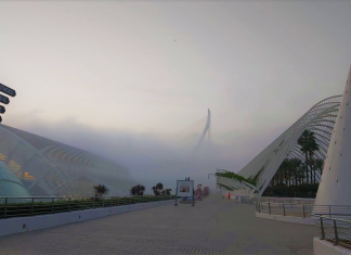 Valencia desaparece bajo un manto de niebla