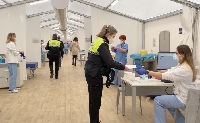 Agentes de la Policía Local de Valencia en el hospital de campaña para proceder a la vacunación contra el coronavirus. / PLV