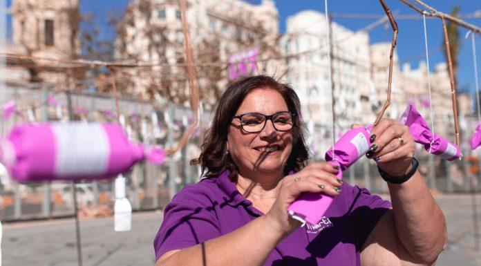 Así es Reyes Martí, la primera mujer que disparó una mascletà en la Plaza del Ayuntamiento