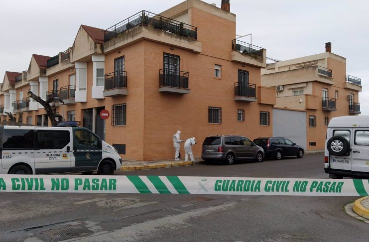 Un hombre intenta asesinar a su expareja con seis cuchilladas en plena calle