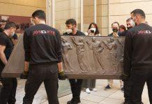 Operarios trasladan el sarcófago de Blasco Ibáñez desde el Museo de Bellas Artes.
