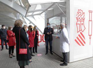 Ximo Puig visita el centro de vacunación masiva de la Ciudad de las Artes.