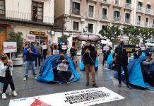 Empresarios valencianos acampan y se encadenan ante las puertas de la Generalitat