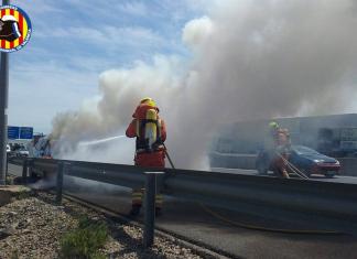Un accidente deja un coche ardiendo en plena Pista de Ademuz