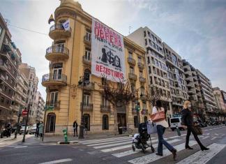 Tras las puertas del edificio okupa de Valencia: cinco familias sin cocina ni luz pero con vistas a la calle Colón