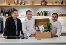 Los hermanos Roca con la cesta de diciembre de Gastronomía Sostenible. / BBVA