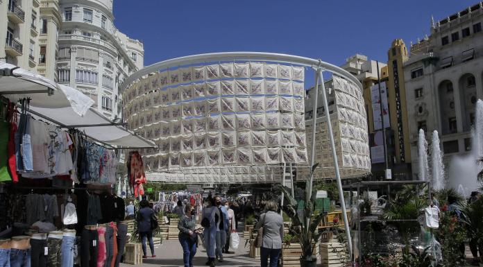 La Plaza del Ayuntamiento se convierte en un mercadillo gigante