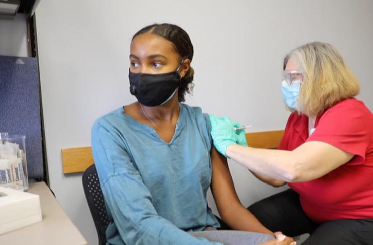 Detectan problemas cardíacos en jóvenes y adolescentes vacunados