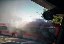Un autobús de la EMT se incendia y provoca una gran columna de humo en la V-30