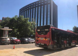 Gran columna de humo en la avenida de Aragón por un autobús de la EMT