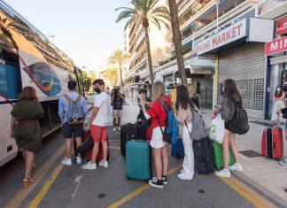 Valencia recibe a los estudiantes del macrobrote de Mallorca
