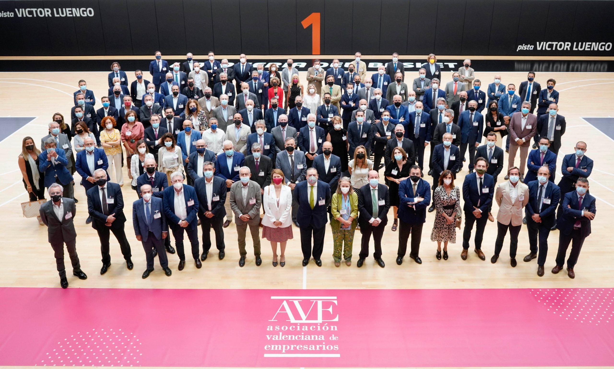 Foto de familia de los asistentes a la asamblea de la AVE