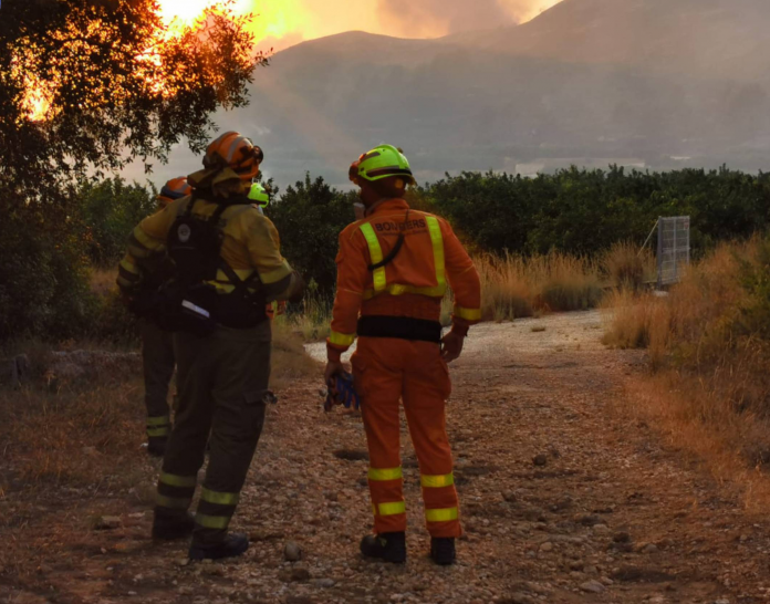 Declaran un incendio con varios focos junto a la A-3 en Buñol