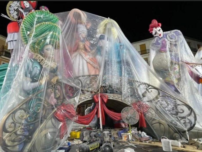 Los artistas falleros ponen los plásticos