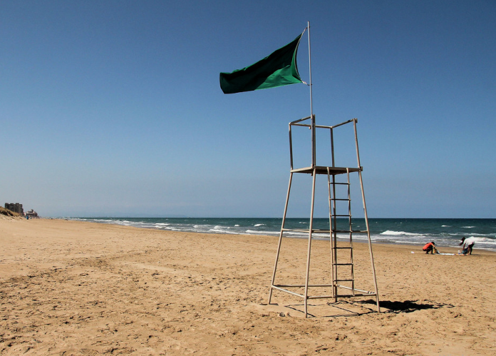Un policía de vacaciones salva la vida de una mujer en la playa del Mareny