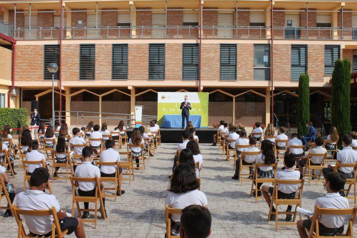 Denuncian a un colegio valenciano por castigar sin clase a niñas con faldas